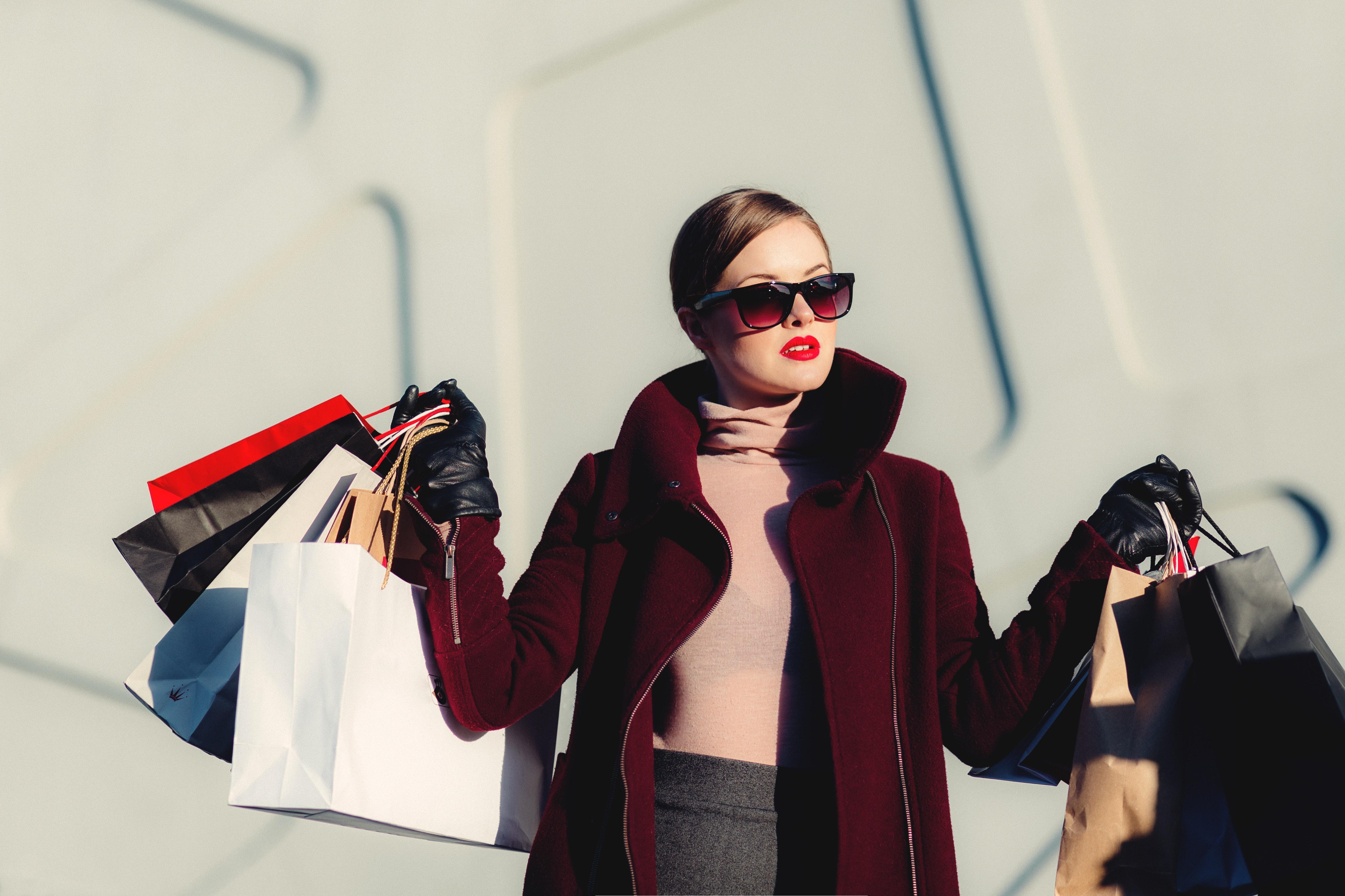 Kvinna som shoppar